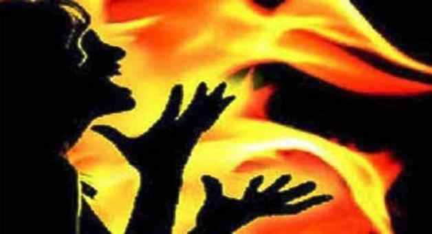 Khabar Odisha:after-oppose-tree-cutting-a-lady-were-fired-by-sprey-petrol