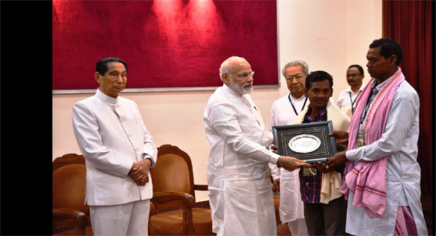 Khabar Odisha:PM-Modi-felicitates-the-real-kin-of-historical-freedom-fighters-Researcher-Dilip-Subudhi
