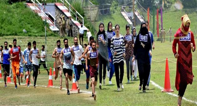 Khabar Odisha:jk-youths-defy-terrorists-67000-apply-for-700-cop-jobs