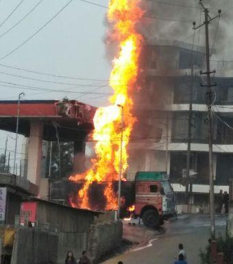 Khabar Odisha:fire-mishap-petrol-pump-while-unloading-in-sundargarh