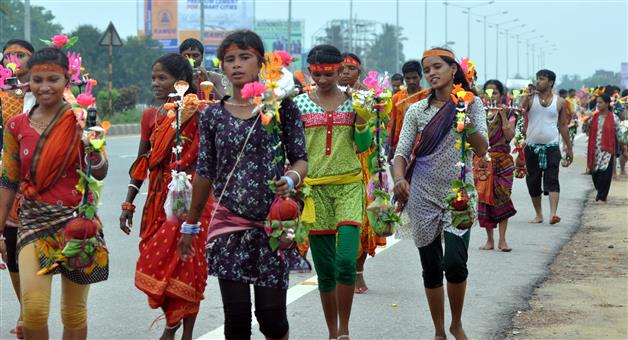 Khabar Odisha:BolBom-Devotees-Going-To-Temple