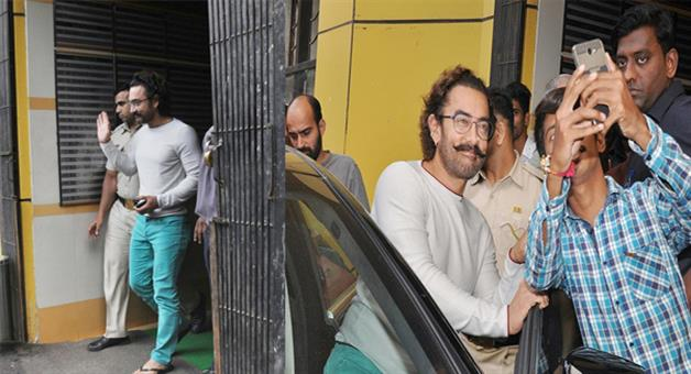 Khabar Odisha:Aamir-takes-selfie-with-fans-after-recovering-from-swine-flu