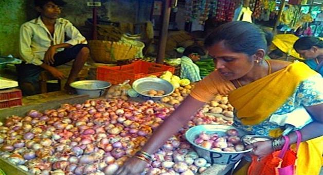 Khabar Odisha:Onion-tears-on-consumers-eye