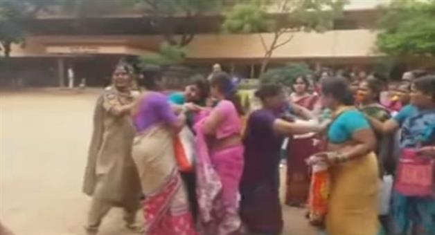 Khabar Odisha:Telangana-CM-K-Chandrashekhar-Rao-saree-gift-women