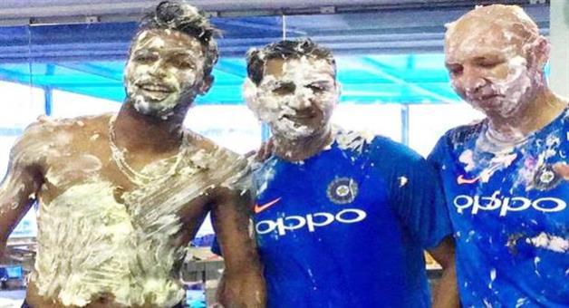 Khabar Odisha:hardik-pandya-24th-birthday-team-india-mates-cake-on-face-rohit-sharma-ms-dhoni-chahal