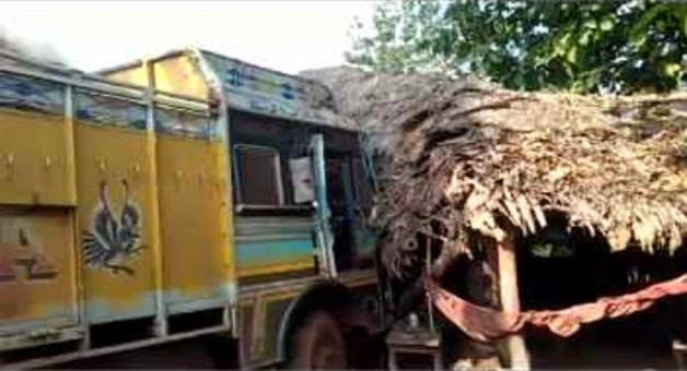 Khabar Odisha:Truck-entered-in-to-dhaba