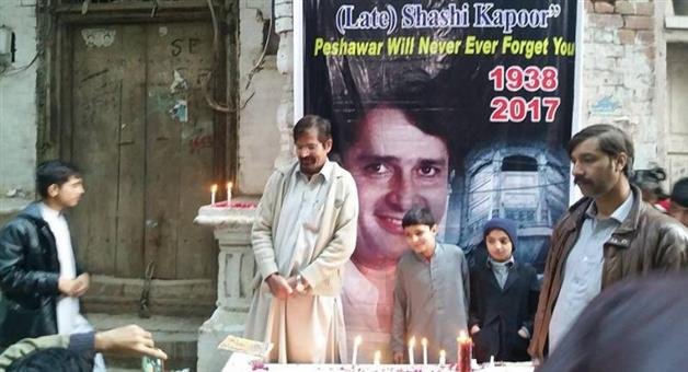 Khabar Odisha:candle-vigil-held-in-memory-of-shashi-kapoor-outside-ancestral-home-in-pakistan