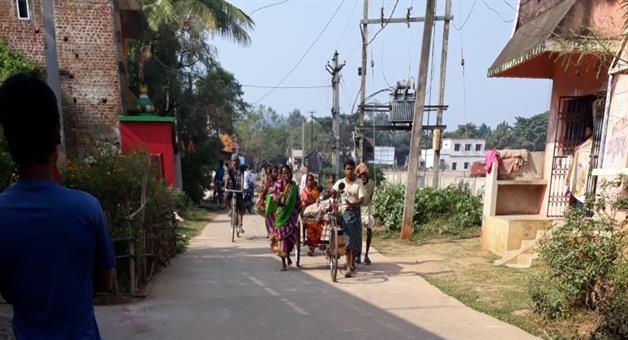 Khabar Odisha:ambulance-fail-ill-father-transport-by-trull-in-nayagarh