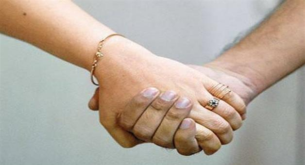 Khabar Odisha:know-your-hand-holding-style-reveal-about-your-love-life