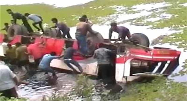 Khabar Odisha:7-killed-after-KSRTC-bus-falls-into-pond