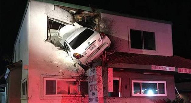 Khabar Odisha:car-soar-in-air-second-floor-accident-in-california-orange-county-fire-authority