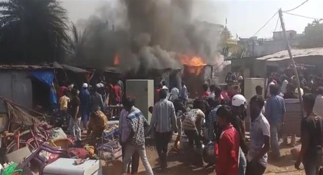 Khabar Odisha:efforts-on-to-douse-flames-after-fire-breaks-out-slum-near-Biju-Patnaik-Park-in-Berhampur