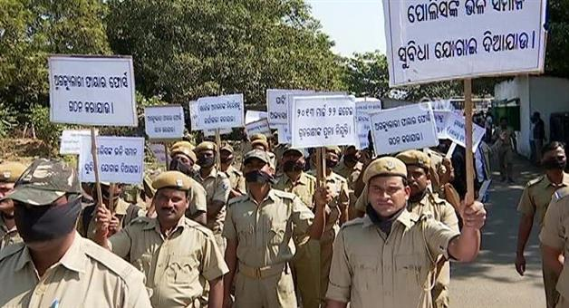 Khabar Odisha:Police-Disperse-Agitating-Home-Guards-Bhubaneswar