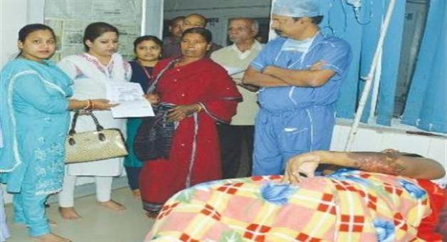 Khabar Odisha:Financial-assistance-to-Acid-survivers-of-Kalahandi