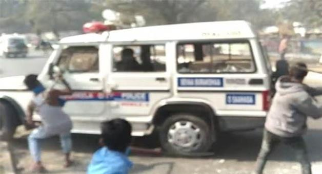 Khabar Odisha:Police-and-locals-face-to-face-in-rourkela
