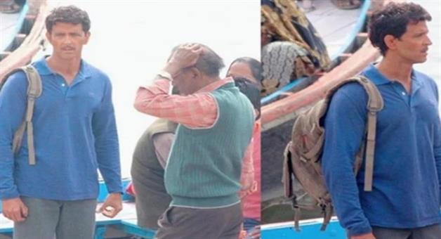 Khabar Odisha:hrithik-roshan-moustached-look-leaked-from-the--sets-anand-kumar-biopic-super-30