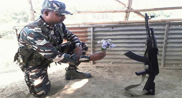 Khabar Odisha:viral-photo-of-ssb-jawan-on-valentines-day-with-rifle