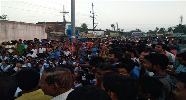 Khabar Odisha:Hundreds-of-students-school-student-blocked-NH