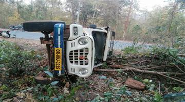 Khabar Odisha:A-car-overturned-in-the-Kanjipani-valley-injuring-four-people-and-injuring-another