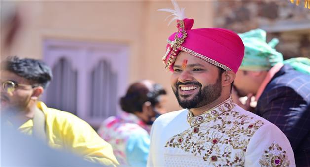 Khabar Odisha:A-photo-of-Sabyasachi-Architas-bride-and-groom-appeared