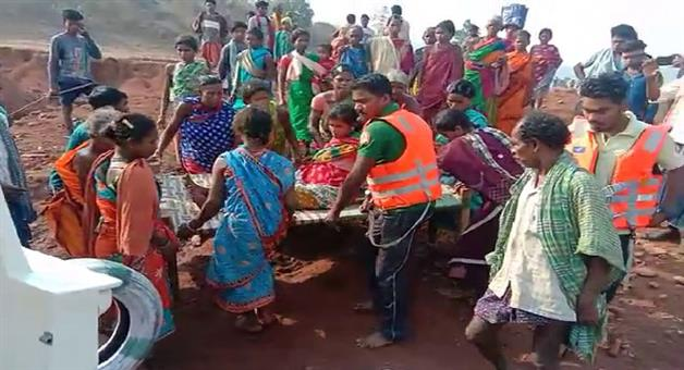 Khabar Odisha:Another-stark-picture-of-development-in-Odisha-Pregnant-Women-Carried-In-a-Cot-To-Hospital-In-Kalahandi