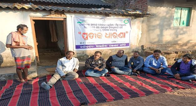 Khabar Odisha:BDO-protest-in-beneficiaries-house