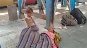 Khabar Odisha:Child-tries-to-wake-up-her-mothers-dead-body