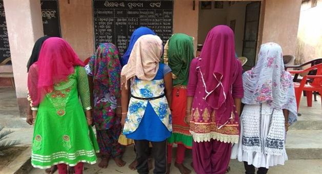Khabar Odisha:Class-X-girl-students-seen-vedio