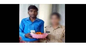 Khabar Odisha:Crime-Pratapgarh-youth-tied-and-burnt-alive-villagers-police-vehicle-Uttar-Pradesh