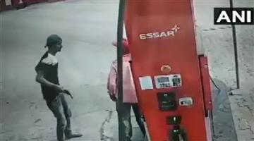 Khabar Odisha:Crime-UP-Bike-borne-man-loots-Rs-2500-at-gun-point-from-a-petrol-pump-staff
