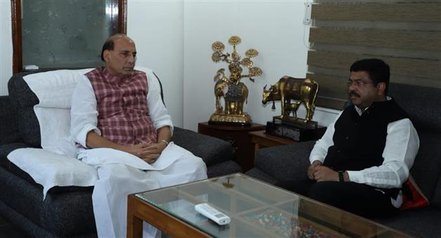 Khabar Odisha:Dharmendra-Pradhan-Meets-Home-Minister-Rajnath-Singh-Cyclone-Titli-has-affected-Odisha