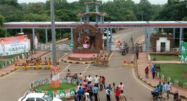Khabar Odisha:Education-Odisha-Utkal-University-students-gherao-vice-chancellors-office-demanding-postponement-of-4th-semester-exams