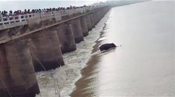 Khabar Odisha:Elephants-have-fallen-into-the-river-and-rescue-efforts-are-underway