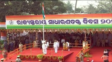 Khabar Odisha:Governor-Ganeshi-Lal-hoists-national-flag--takes-salute-of-the-State-level-parade