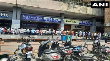 Khabar Odisha:Hundreds-queue-up-outside-liquor-stores-as-Delhi-imposes-6-day-complete-lockdown