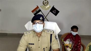 Khabar Odisha:Lady-Maoist-surendered-infront-of-Malkangiri-Police