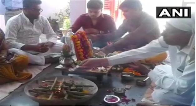 Khabar Odisha:Man-Organised-A-Havan-And-Bhoj-After-His-Parrot-Died