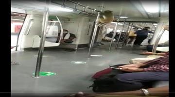 Khabar Odisha:Monkeys-traveling-with-people-inside-the-New-Delhi-metro-video-viral
