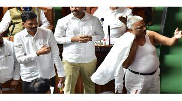 Khabar Odisha:Nation-Congress-MLA-BK-Sangameshwara-took-off-his-shirt-in-the-Karnataka-Vidhan-Sabha-goes-viral