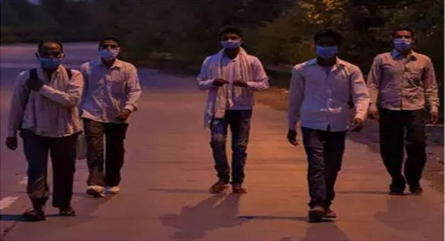Khabar Odisha:Nation-Coronavirus-migrant-workers-walk-along-a-road-to-return-to-their-villages-during-a-21-day-nationwide-lockdown