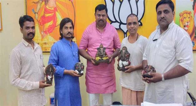 Khabar Odisha:Nation-Eco-friendly-ganpati-made-from-cow-dung-in-Hyderabad-BJP-MLA-T-Raja-Singh
