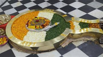 Khabar Odisha:Nation-Tricolor-flowers-offered-to-the-deity-during-morning-prayers-at-Rishikeshs-Chandreshwar-Mahadev-Temple