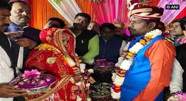 Khabar Odisha:Nation-UP-Bride-and-groom-exchange-garland-of-onion-and-garlic-in-Varanasi-of-Uttar-Pradesh