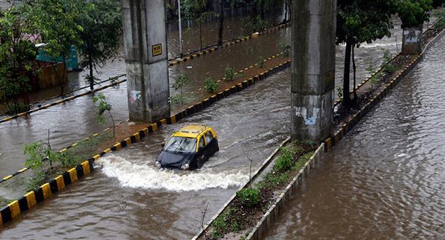 Khabar Odisha:Nation-Water-logging-in-Hindmata-following-heavy-rainfall-in-Mumbai-2-days-alert-by-IMD