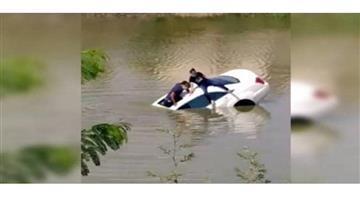 Khabar Odisha:Nation-accident-Gujarat-accident-pond-Gandhinagar-car-fire-brigade-dead-body