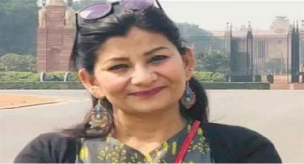 Khabar Odisha:National-news--Journalist-Poonam-Joshi-Snatches-Two-Torn-Parts-Of-Tricolour-From-Khalistan-Supporters-On-I-Day