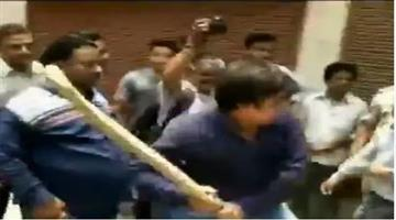 Khabar Odisha:National-odisha-Son-Of-Kailash-Vijayvargiya-Akash-Thrashes-Municipal-Employees-With-A-Cricket-Bat