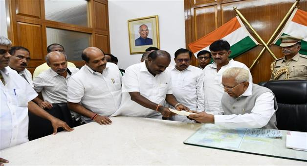 Khabar Odisha:National-politics--HD-Kumaraswamy-submits-his-resignation-to-Karnataka-Governor-Vajubhai-Vala