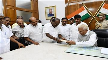 Khabar Odisha:National-politics--HD-Kumaraswamy-submits-his-resignation-to-Karnataka-Governor-Vajubhai-Vala