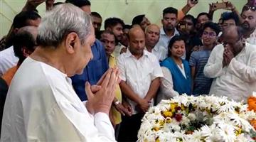 Khabar Odisha:Odisha-CM-Naveen-Patnaik-paying-homage-to-wife-of-Dama-Rout-at-his-residence